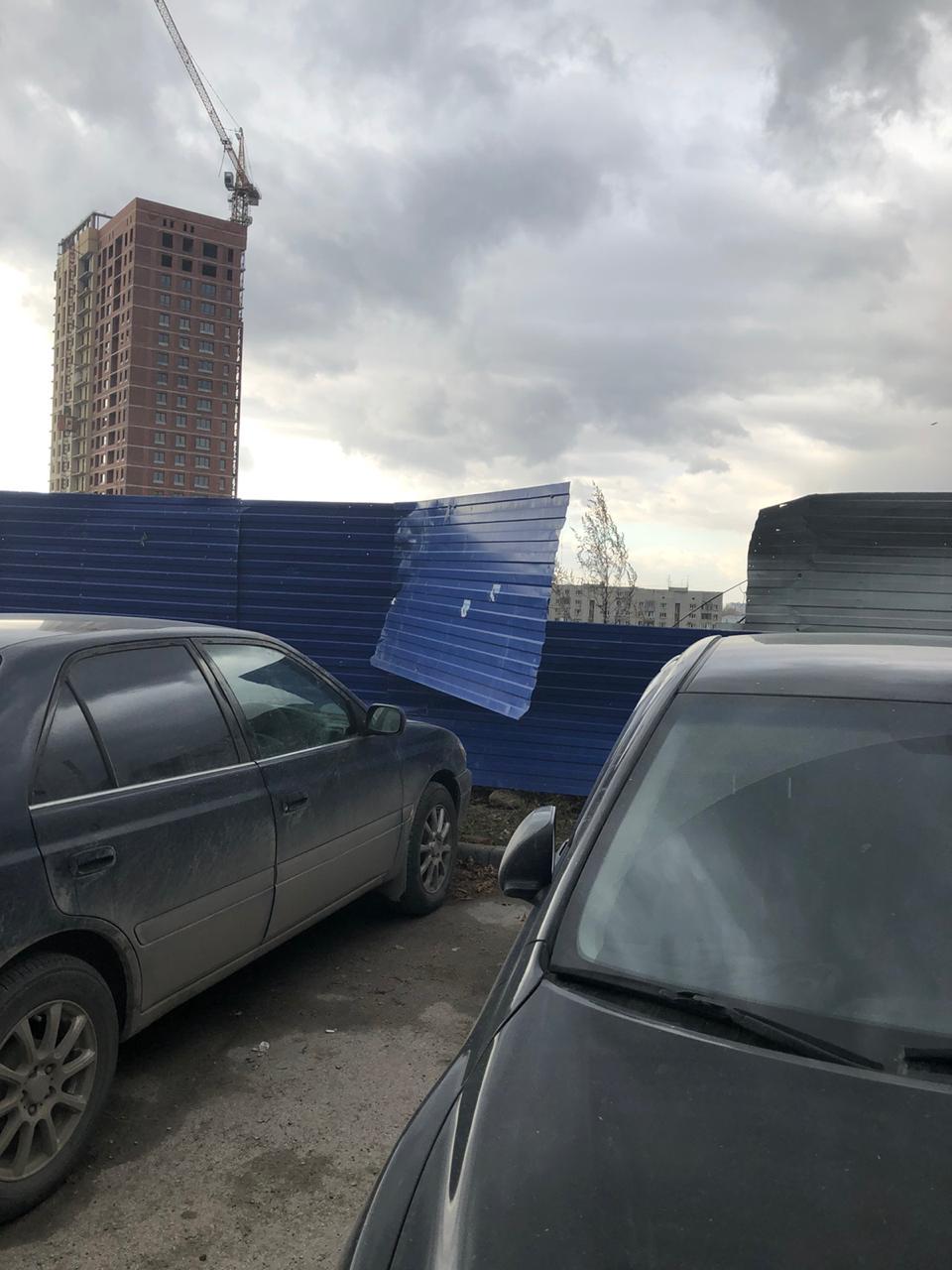 На улице Кирова, 32 со стороны улицы Шевченко. Ветер оторвал часть строительного ограждения