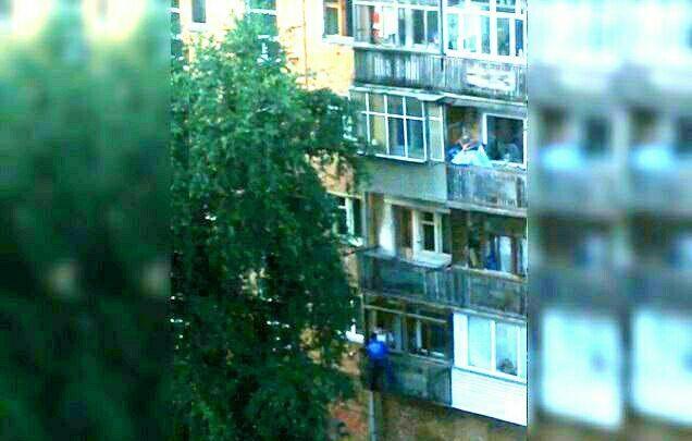 «Муж пришел домой не вовремя»: мужчина в джинсовке вывалился с балкона после очень странной сцены