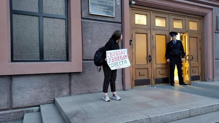 В Омске перед зданием ФСБ задержали активистку из Москвы