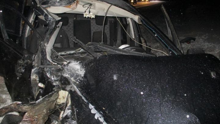 Искорёженная иномарка и фура в кювете: водитель легковушки серьёзно пострадал в ДТП на трассе