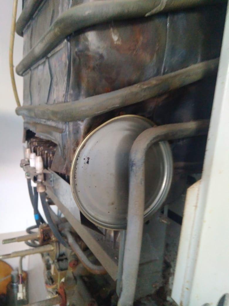 На Удельной хозяева прикрыли от чужих глаз дыру в газовой колонке крышкой для консервации