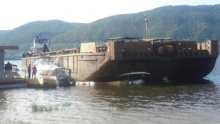 В Самарской области баржа протаранила три катера на причале