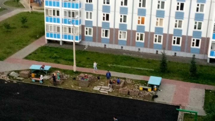 «Ждут, пока кого-то завалит?»: оставленная во дворе «Белых рос»брусчатка стала игрушкой для детей