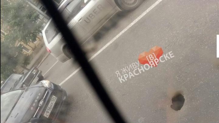 Дырки в асфальте и провалы в брусчатке: что происходит с центральными улицами Красноярска