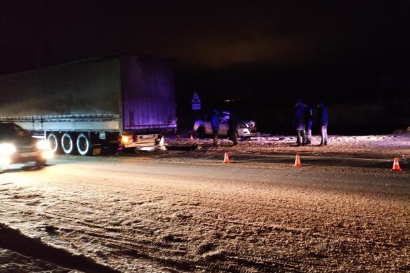 Девушка на «Шкоде» врезалась в стоящую фуру на Талажском шоссе