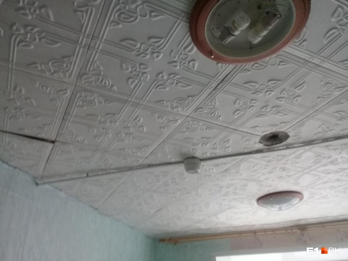 Во всех комнатах есть Wi-Fi, но нет плафонов на светильниках и отваливается потолочная плитка