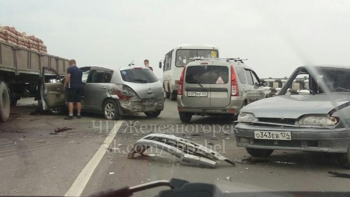 На трассе под Сосновоборском столкнулись три машины: два водителя в больнице