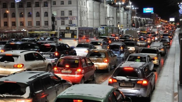Придется постоять: центр Екатеринбурга погрузился в 9-балльные пробки