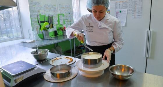 Бизнес в декрете: молодая мама села на диету и стала зарабатывать на тортах для худеющих