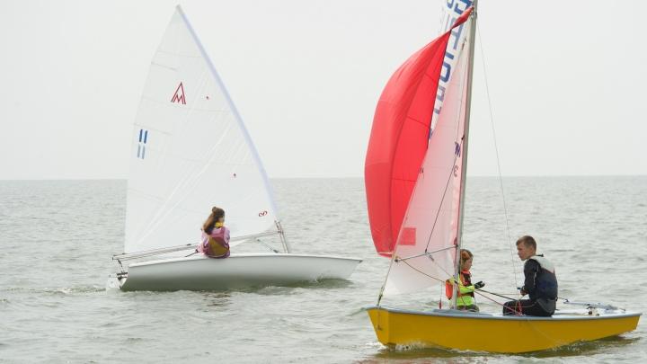 Дым в паруса: 70 юных яхтсменов устроили гонки по Обскому морю в дымке