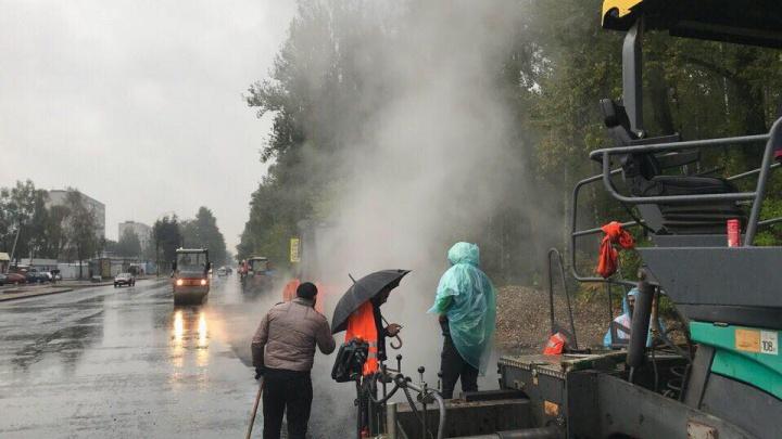 Дорожники под дождем асфальтируют улицу в Ярославле
