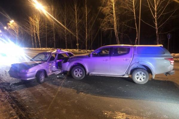 Водитель внедорожника не успел затормозить перед внезапно развернувшимся ВАЗ-2114