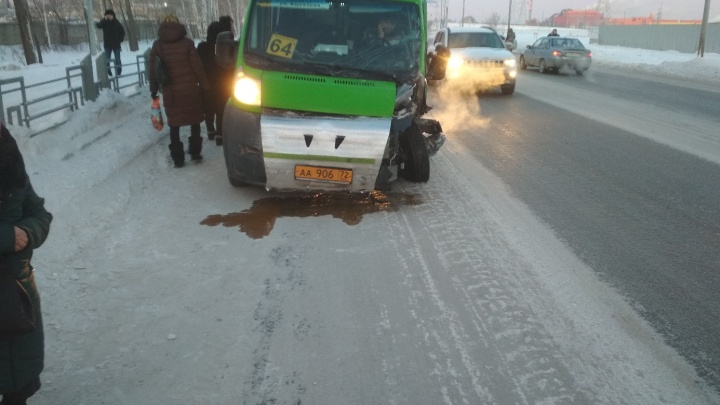 На Старотобольском тракте Toyota вылетела на встречку и врезалась в маршрутку