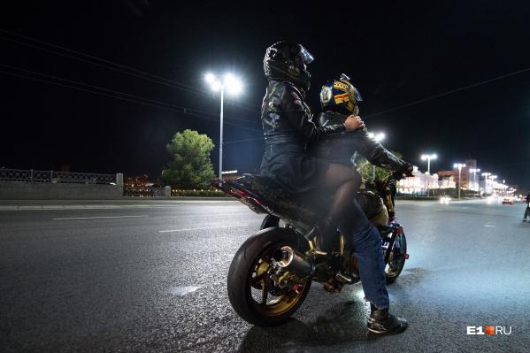 Корреспондент Мария Черных рискнула и прокатилась с байкером-трюкачом по отремонтированным улицам Екатеринбурга