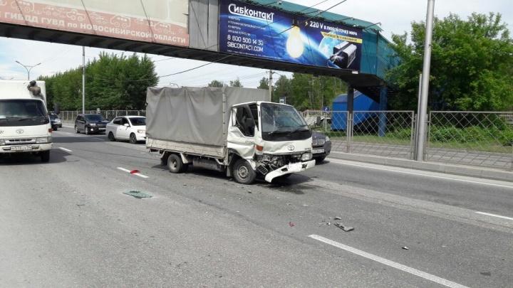 Не успевший затормозить грузовик отправил «Сузуки» на обочину Старого шоссе