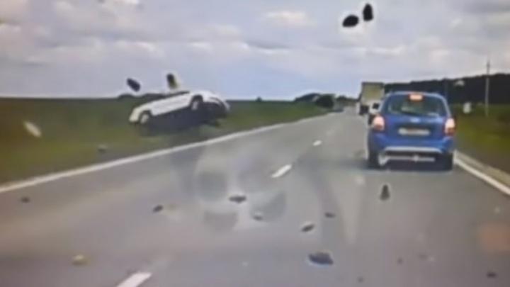 Машина перевернулась 10 раз: видеорегистратор снял жуткое ДТП на уральской трассе