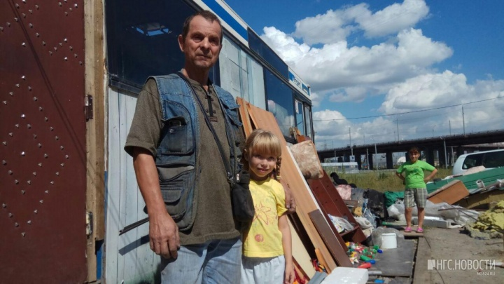Живущему в автобусе пенсионеру с дочерью-школьницей за полсуток чиновники нашли новый дом