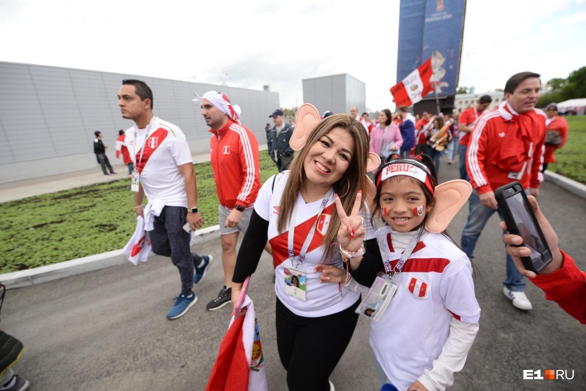 Красно-белые в городе: фоторепортаж с шествия перуанцев по Екатеринбургу
