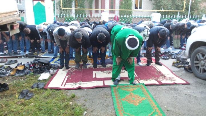 Молитвы под открытым небом: мусульмане Екатеринбурга празднуют Курбан-байрам