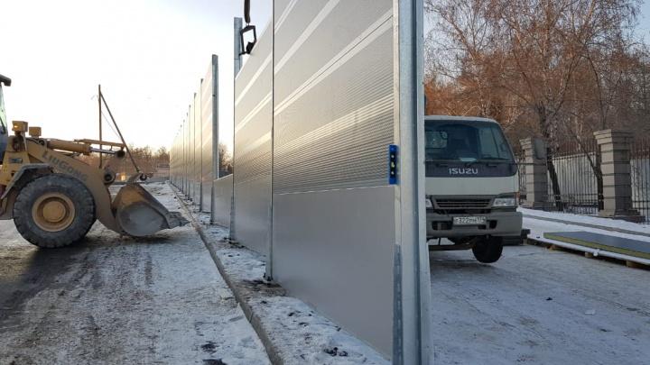 Чтобы тише лежалось: возле крупнейшего кладбища в Челябинске ставят шумозащитные экраны