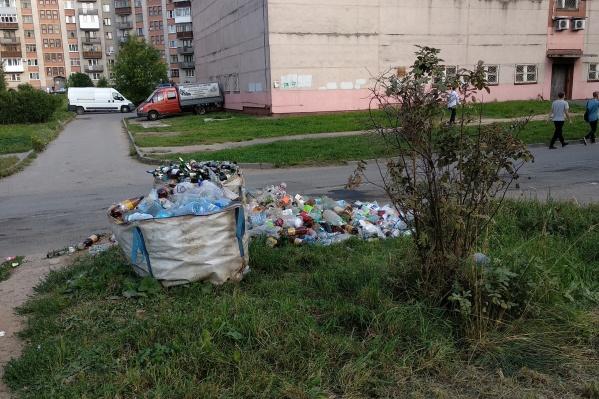 Контейнерные площадки разобрали, мусор оставили