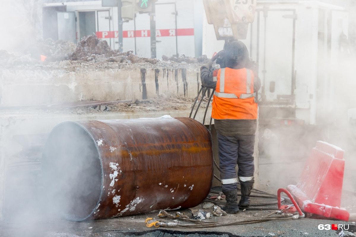 Чтобы добраться до труб, теплоэнергетикам приходится сначала договариваться с собственниками о переносе зданий