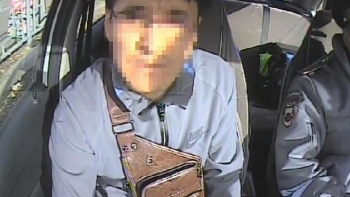 Водитель на Щорса пытался откупиться от инспектора и положил в паспорт три тысячи