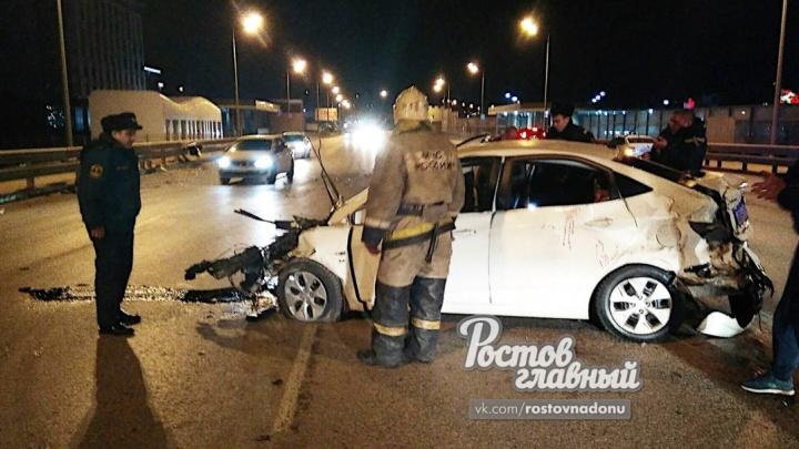 Водитель убежал: за Ворошиловским мостом в Ростове автомобиль влетел в отбойник