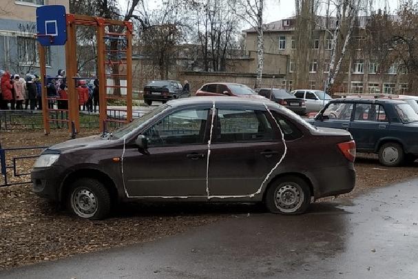 «Проказники» залепили все двери машины