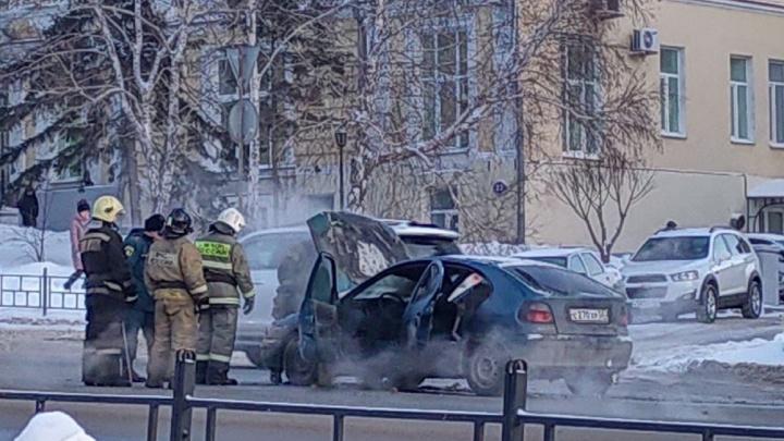 На одной из главных омских магистралей в час пик загорелся автомобиль