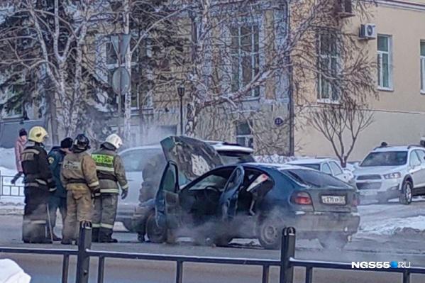 Пожарные приехали на двух машинах