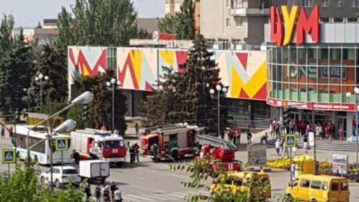 Почувствовали запах дыма: ЦУМ Волжского окружили пожарные машины