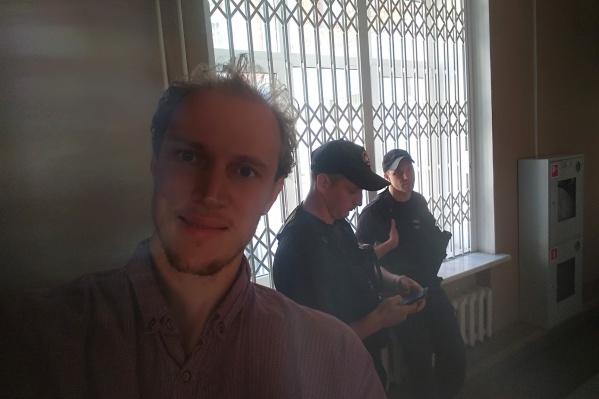 Это фото из коридора, где он находится в ожидании вердикта суда, Сергей Ухов выложил в соцсети с надписью«Всем пока, 15 суток»
