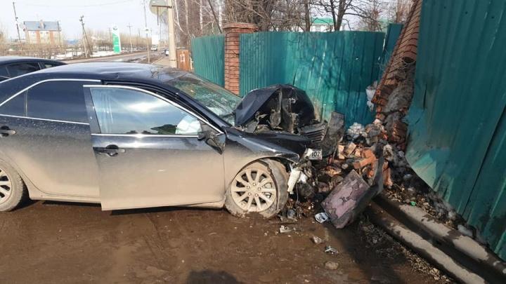 В Башкирии Toyota Camry влетела в кирпичный забор, момент аварии попал на видео