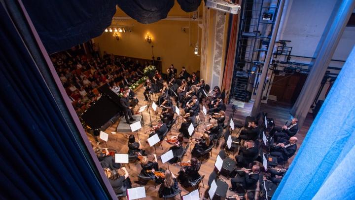 Чиновники в креслах, шутки Мацуева и шампанское: как в Челябинске презентовали симфонический оркестр