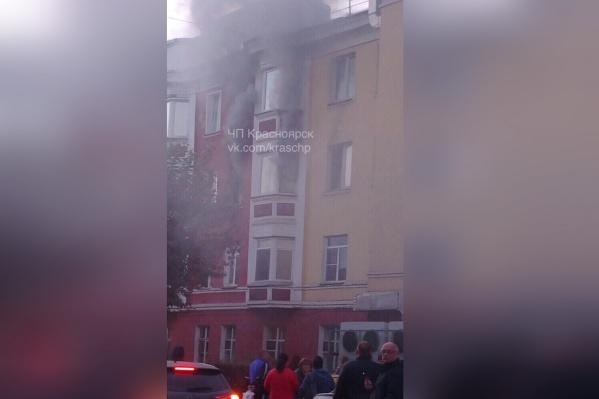 Сейчас пожарные разбираются с последними очагами