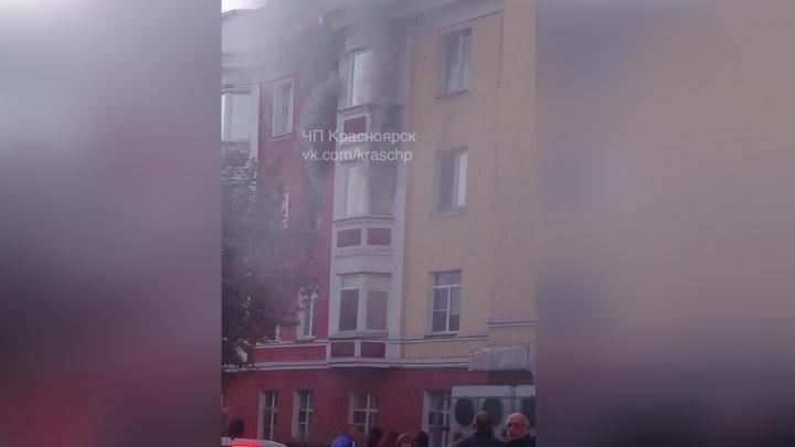 На улице Юности тушат квартиру в жилом доме: жильцов эвакуировали