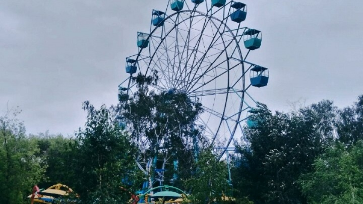 Во время ливня в парке 30-летия ВЛКСМ остановилось колесо обозрения с людьми