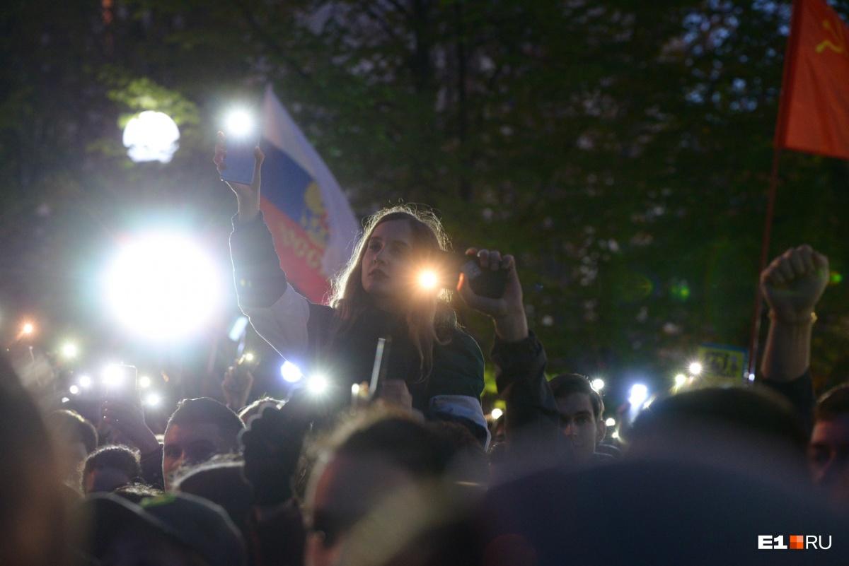 В акции «Осветим сквер» приняли участие не только студенты, но и пожилые люди, которые вышли, чтобы поддержать молодых