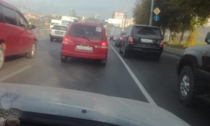 «Где дороги?»: новая беда на Ватутина — полоса для автобусов сожрала два ряда из четырех для машин