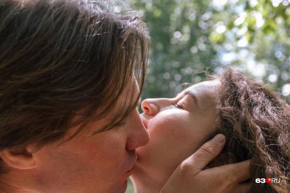 """«Больше целуйтесь взасос», — <a href=""""https://63.ru/text/relations/65947701"""" target=""""_blank"""" class=""""_"""">говорят профессиональные сексологи</a>"""