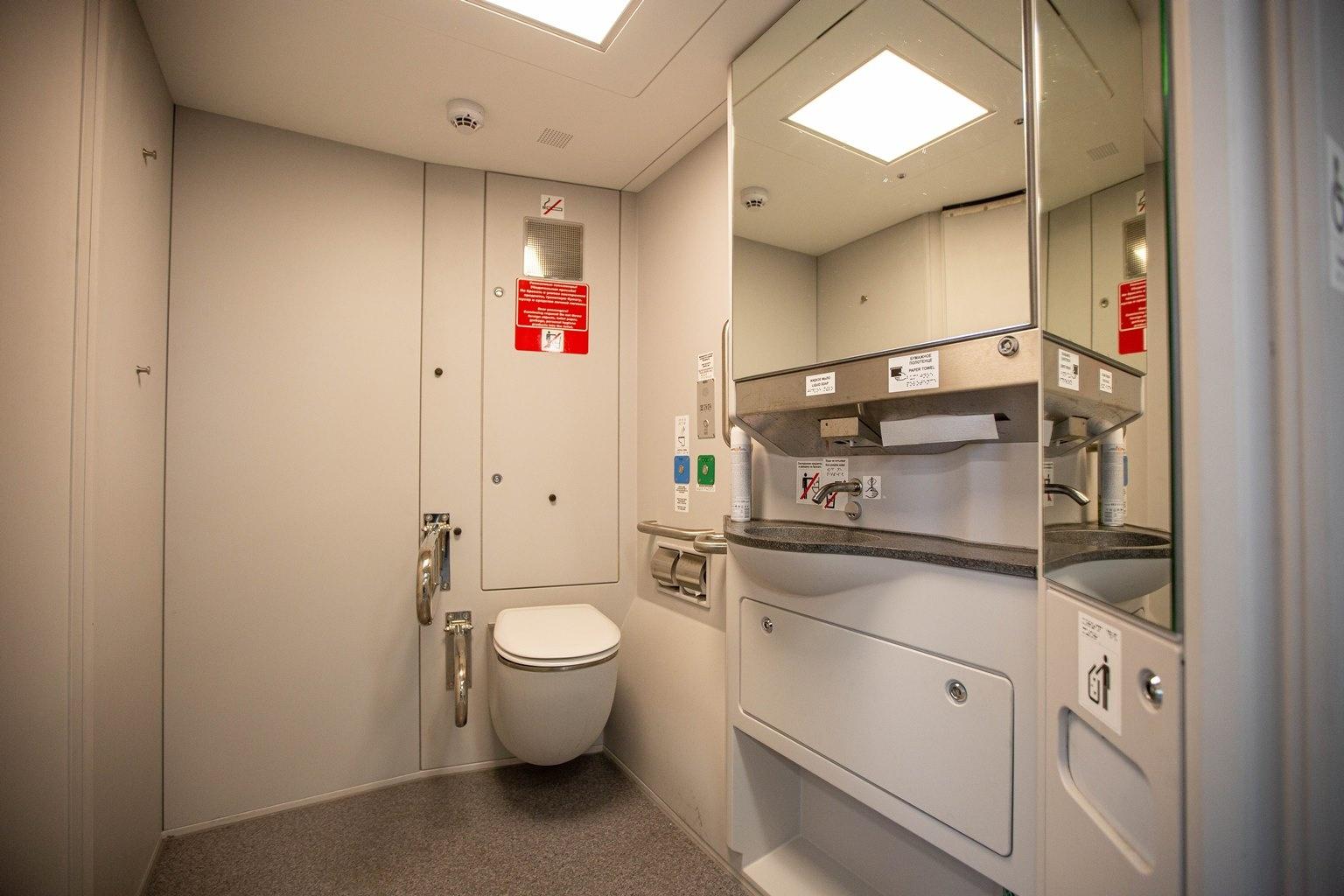 В поезде есть пять санузлов, в том числе отдельный для людей с инвалидностью. Уборные комнаты стали просторнее, чем в старых экспрессах. Из нововведений — сенсорный смеситель: он включается, когда к нему подносишь руки
