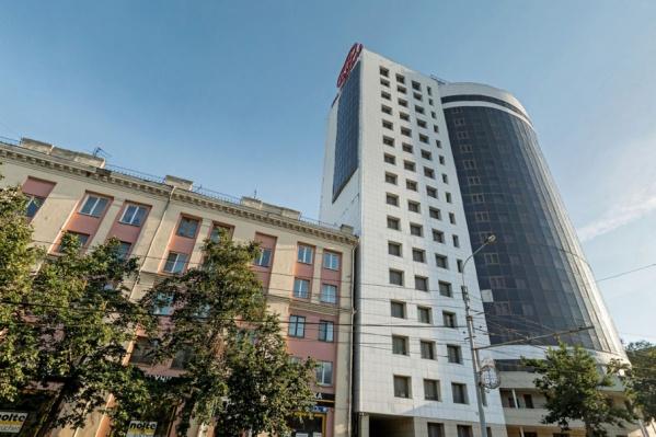 Офисное здание вплотную построено к старой пятиэтажке