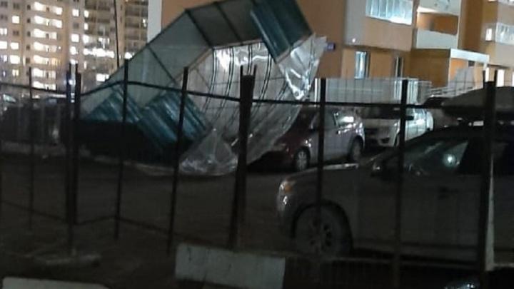 Летающая крыша от мусорки, которую на Уктусе ветром отбросило на машину, попала на видео