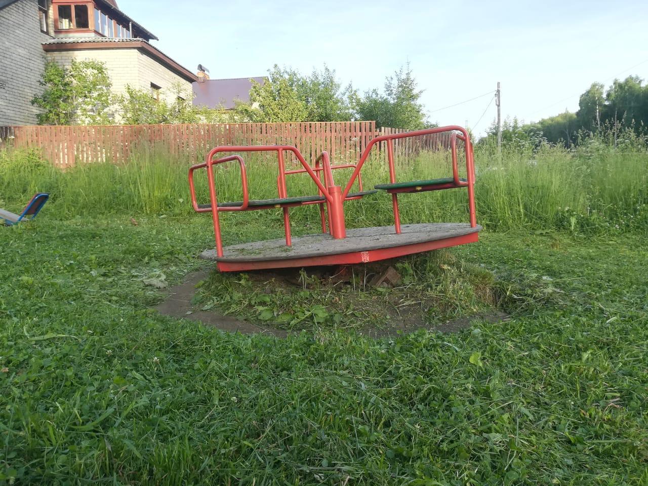 Детская площадка в этом дворе выглядит печально