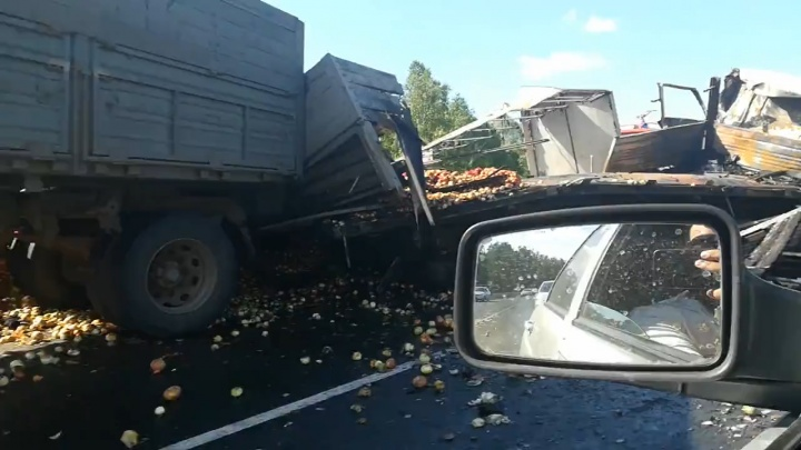 «МАЗ выехал на встречку»: в тройном ДТП под Челябинском погибли два водителя