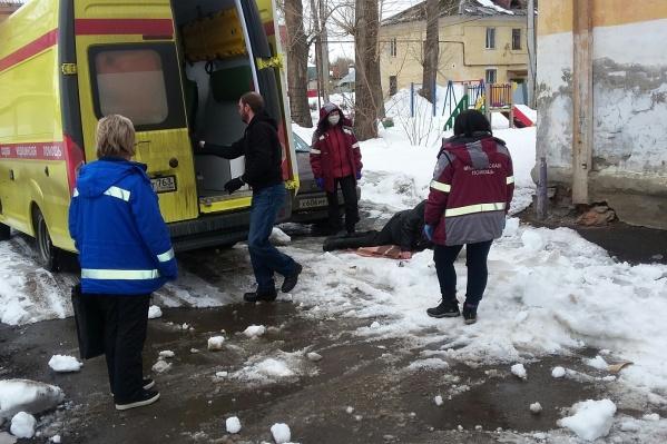 Сотрудники скорой доставили пострадавшего в больницу