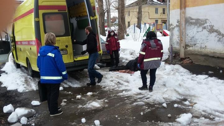 В Самаре глыба льда рухнула с крыши дома на мужчину