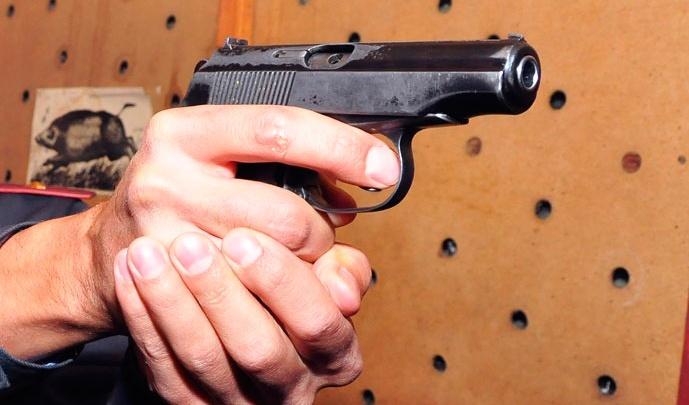 Буйный пассажир угрожал инспектору ГИБДД пистолетом, ударил его по голове, но получил «условку»