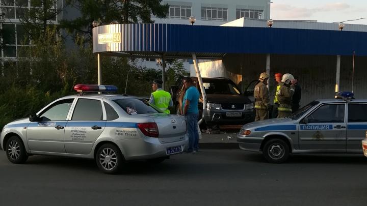 Водителя положили лицом в асфальт: в Рыбинске «Сузуки» влетел в остановку